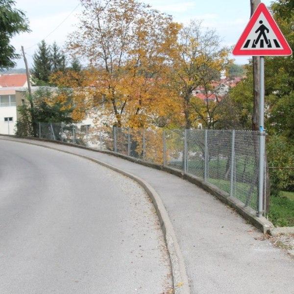 Zamenjana žična ograja ob šolski poti